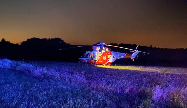 Cyklistu smetla řidička osobního automobilu, muže ve vážném stavu transportoval vrtulník do nemocnice