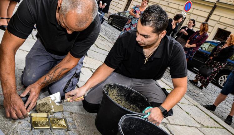 Dalších 20 kamenů zmizelých připomínajících oběti holokaustu přibylo v ulicích Plzně