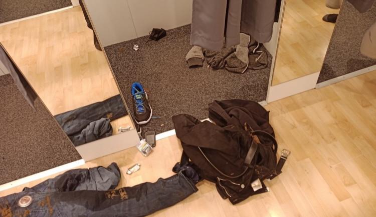 Bezdomovec se střevními problémy pokálel kradené džíny ještě v prodejně
