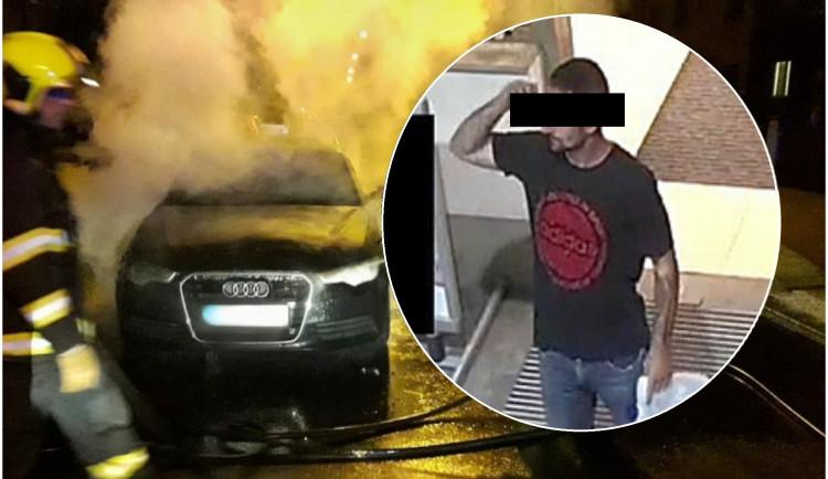 Žhář podpálil vůz Audi A6, muž ze zveřejněných snímků se policii bleskově sám přihlásil
