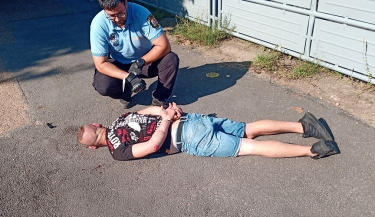 Muž napadl na nádraží svou bývalou přítelkyni, další opilý útočník dotíral na policisty