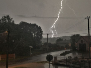 Silné bouřky doprovázené přívalovým lijákem zasáhnou v pátek ojediněle jihozápadní část republiky