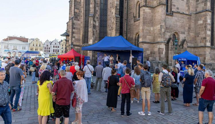 Volební kampaň v Plzeňském kraji nabývá na síle, strany sázejí na osobní setkání