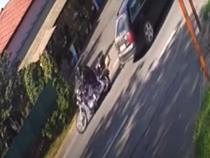 Řidič Audi A6 při střetu zmasakroval motorkáře a od nehody ujel, vše zachytila kamera