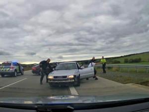 Šílenou jízdu zdrogovaného řidiče vozu značky Audi na dálnici D5 ukončila policie speciálním manévrem