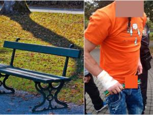 Opilý pár se oddával orálnímu sexu na lavičce v parku, milenci údajně slavili zásnuby