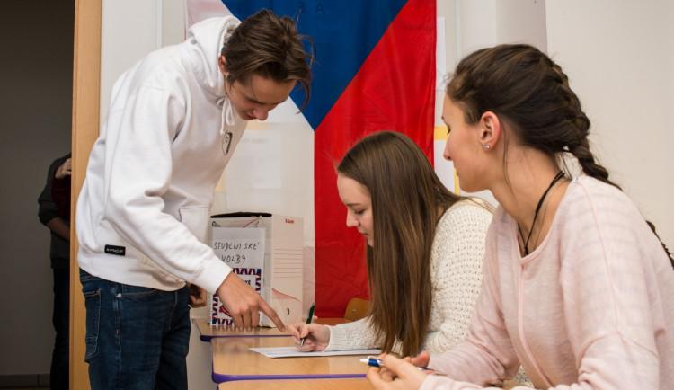 Piráti a Starostové zvítězili ve Studentských volbách těsně před koalicí Spolu, hnutí ANO zažilo porážku