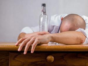Agresivní cizinec pod vlivem alkoholu tvrdil, že je prezident a ovládá kung-fu