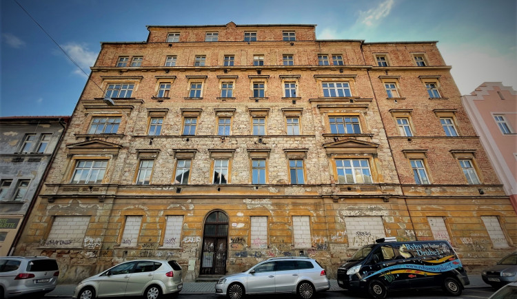 Obří dům hrůzy, ve kterém se vraždilo, zeje už roky po odchodu Romů prázdnotou. Víme, jak to vypadá uvnitř