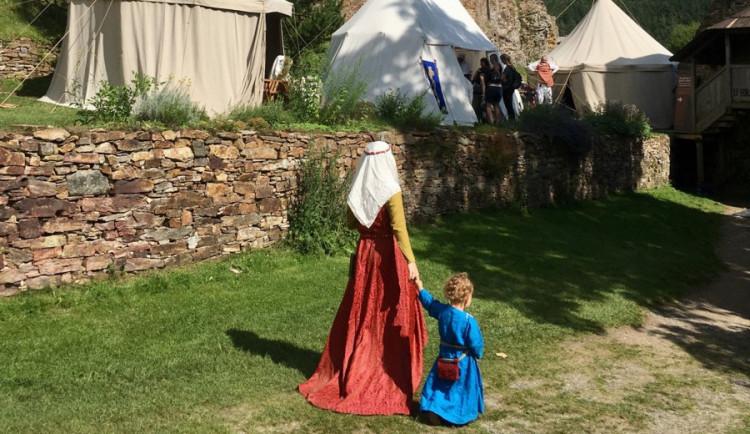 Šumavské hrady Kašperk, Velhatice a Rabí se o víkendu zaměří na středověkou módu