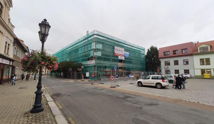 Obchodní dům na historickém náměstí nikdy nezapadal, nyní dostane nový kabát