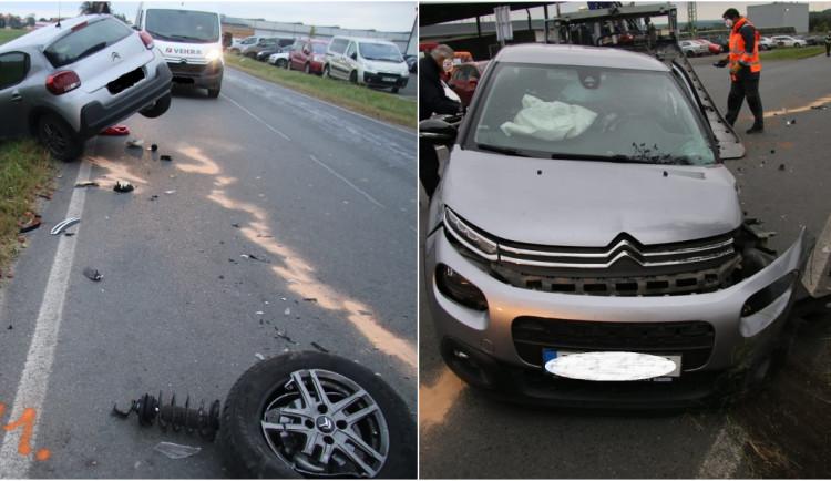 Po čelním střetu dvou aut skončili v nemocnici oba řidiči i spolujezdec