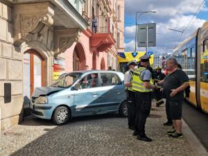 Tramvaj po střetu odmrštila osobák s nepozornou řidičkou až na chodník před vchod do obchodu