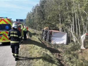 Kamion s nákladem elektroniky havaroval na dálnici D5, vozidlo se převrátilo do příkopu