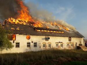 Obří požár zlikvidoval výrobnu dřevěných briket, škody vyšplhaly na 13 milionů korun