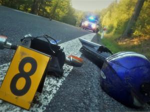 Motorkář s Harleyem se při předjíždění střetl s protijedoucím osobákem