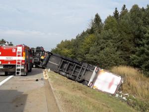Kamion se na dálnici D5 odporoučel do příkopu, řidiče postihl mikrospánek