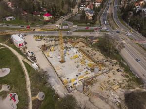 Výstavba nové kanalizační šachty dopravu na Karlovarské třídě neomezí, práce se zatím odkládají