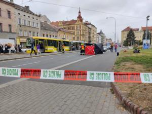Auto usmrtilo mladou dívku, dobíhala tramvaj mimo přechod