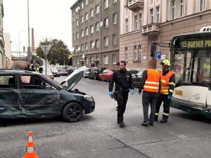 Žena za volantem auta nedala na křižovatce přednost trolejbusu. V péči záchranářů skončili oba řidiči