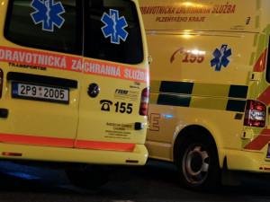 Opilá řidička v Audi se řítila po tramvajových kolejích, zběsilou jízdu ukončil náraz do sloupu