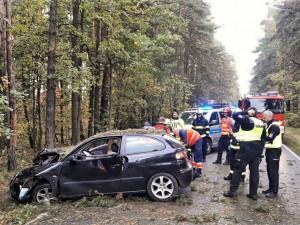 Záchranáři zasahovali dopoledne u dvou vážných nehod. V obou případech auta narazila do stromu