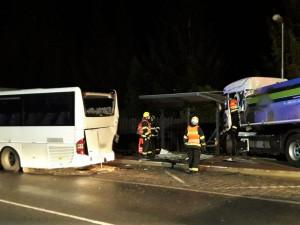 Cisterna s mlékem zdemolovala autobus i zastávku, po drtivém nárazu sama skončila na chodníku