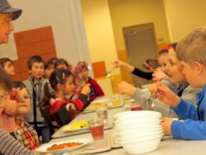 Rodiny v hmotné nouzi mohou dostat od města příspěvek na obědy