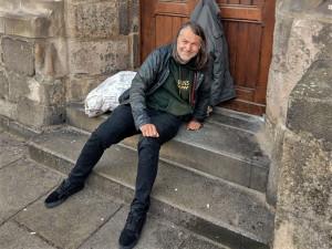 Bezdomovec Honza opustil po čtyřech měsících schody u katedrály, získal bydlení a šanci změnit život