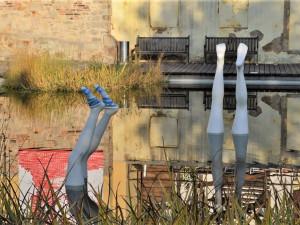 Starostliví Plzeňané oblékají na zimu sochy, teplé ponožky teď dostaly slavné Nohy z vody