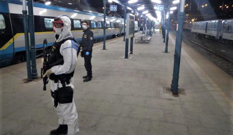 FOTOGALERIE: Policejní těžkooděnci zasahují na plzeňském nádraží