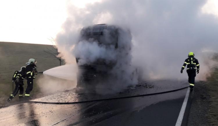 FOTOGALERIE: Hasiči zasahovali u havárií kamionů na Plzeňsku