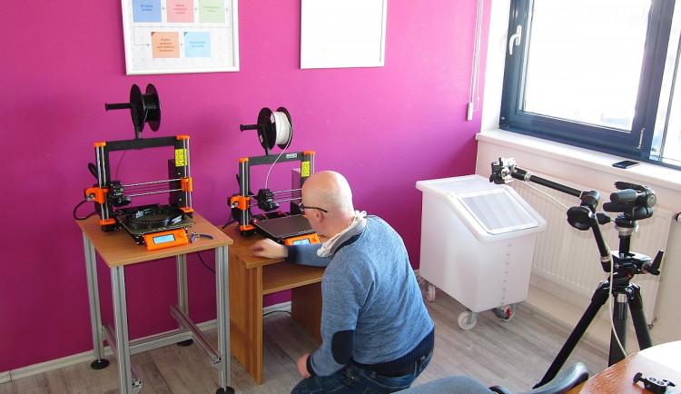 FOTOGALERIE: Výroba ochranných štítů 3D tiskem