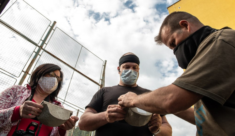 FOTOGALERIE: Instalace hnízd a hnízdních budek pro rorýse a jiřičky ve Štenovicích