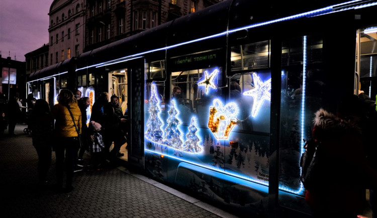 FOTOGALERIE: Vánoční strom a vánoční tramvaj